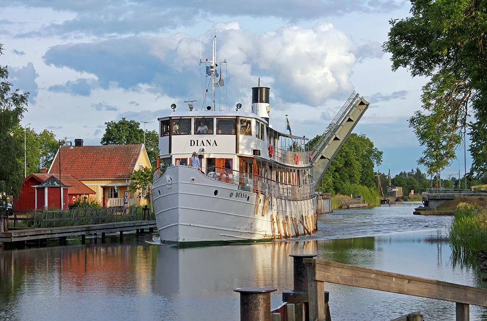 Göta kanal med kanalbåt. Foto Lotta Samuelsson